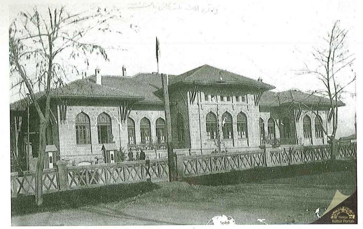 I_TBMM Binası, Millet Bahçesinden görünüm (Ankara Büyükşehir Belediyesi Arşivi)